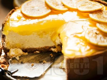 Лимонов чийзкейк с блат от бисквити, заквасена сметана и крема сирене - снимка на рецептата